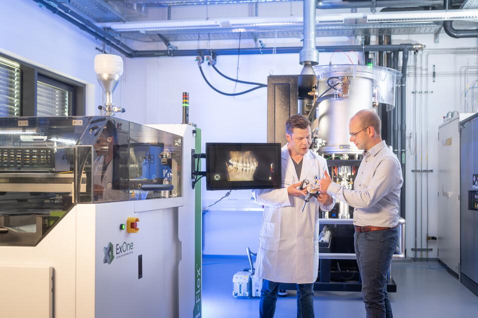 Wissenschaftler in Deutschland und Polen erforschen in einem von zwei internationalen Fraunhofer-Leistungszentren neue Technologien für den Einsatz von 3-D-Druckverfahren in der Medizintechnik.