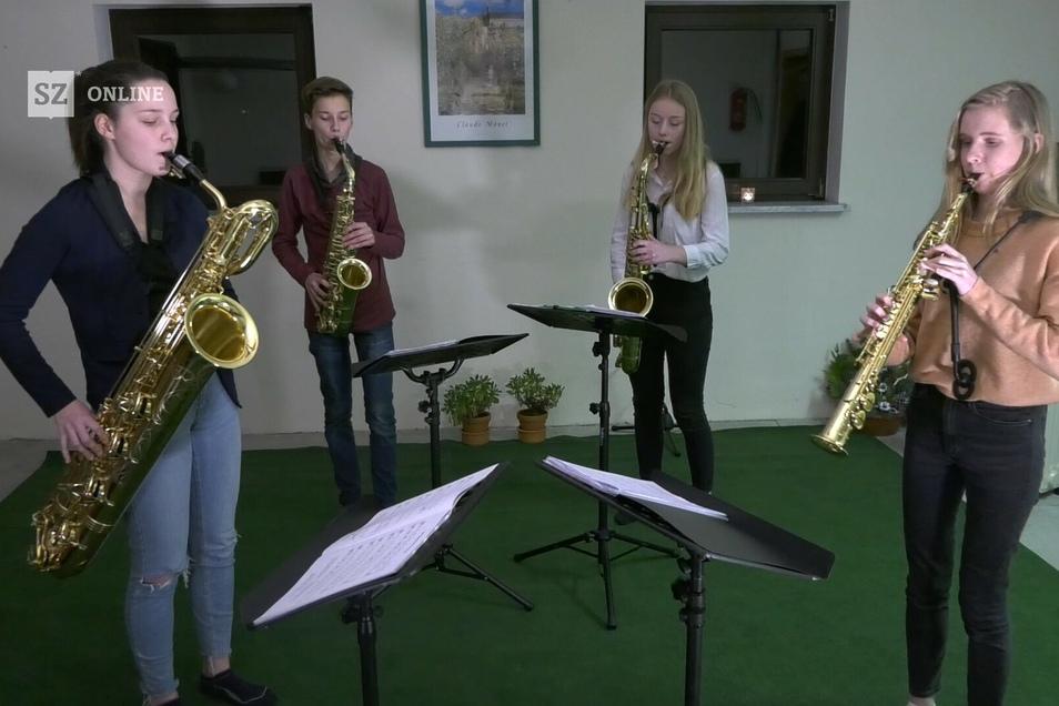 Nora Heinz, Erwin Hennig, Isabell Seibt und Pauline Lehmann spielen als Quartett ein Weihnachtslied für SZ-Leser.