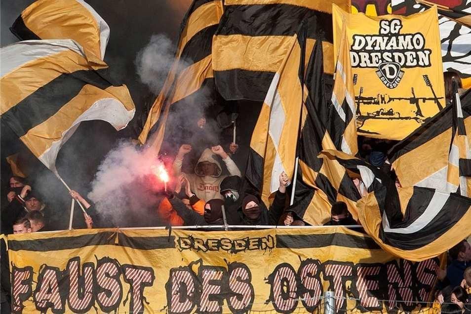 """Den fünf Mitgliedern der rechtsextremen Gruppierung """"Faust des Ostens"""" werden Angriffe auf Fans anderer Fußballteams, auf Ausländer und Polizisten sowie Schnapsdiebstähle vorgeworfen."""
