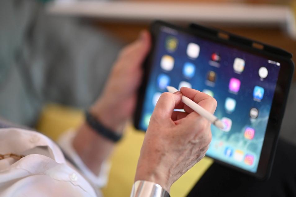 Gerade für Ältere ist der Umgang mit Smartphone oder Tablet noch ein Buch mit sieben Siegeln. Das kann nach einem vom Bürgerhaus Roßwein organisierten Kurs ganz anders aussehen.