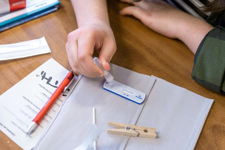 Eine Schülerin macht vor Unterrichtsbeginn einen Corona-Antigen-Schnelltest.