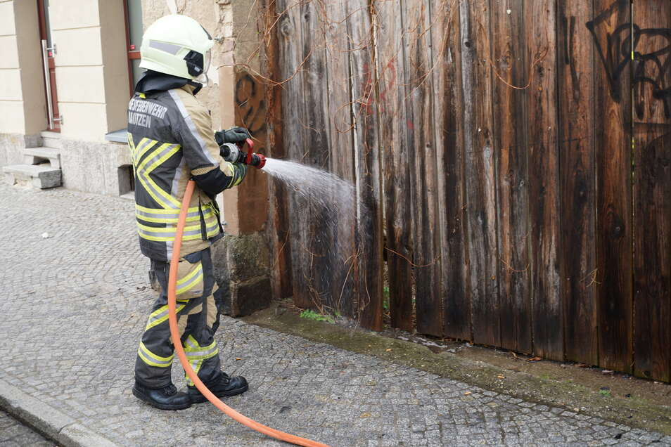 Schnell hat die Feuerwehr den brennenden Bretterzaun gelöscht.