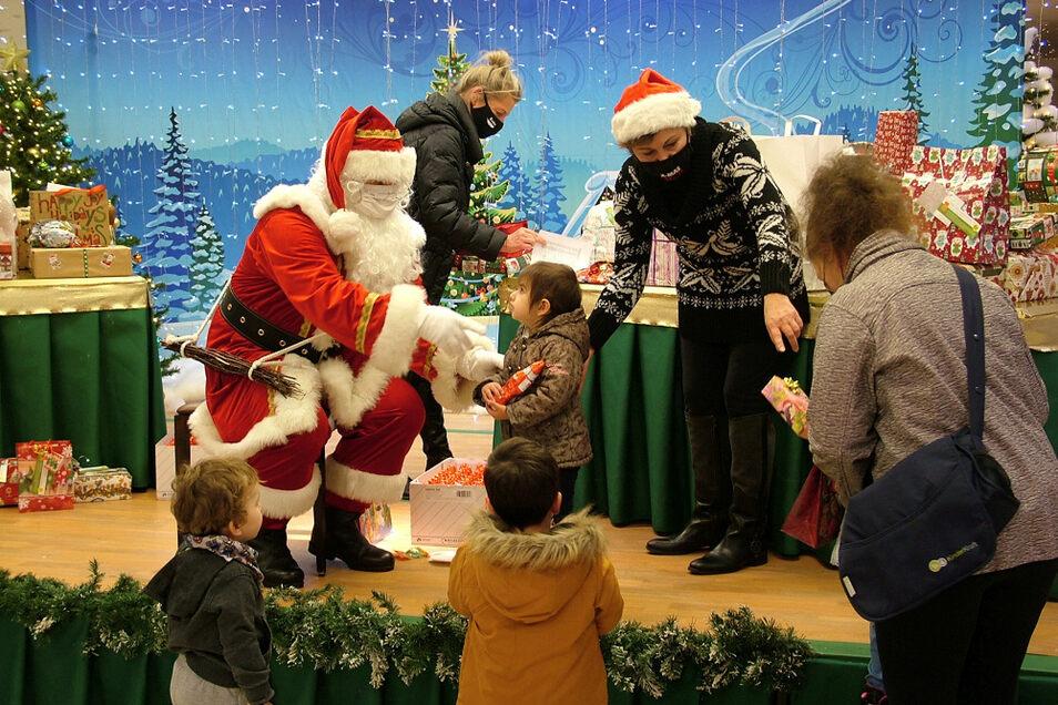 """Der Weihnachtsmann empfing auf der Bühne des Hoyerswerdaer Lausitz-Centers am Dienstag und Mittwoch die Kinder, die bei der Aktion """"200 Kinderwünsche werden wahr"""" ihre Wunschzettel abgegeben hatten."""
