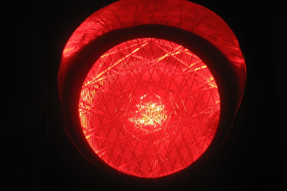 Nach einem Überholmanöver treffen sich die Autofahrer an einer roten Ampel wieder. Was danach passierte, darüber gibt es völlig unterschiedliche Aussagen.