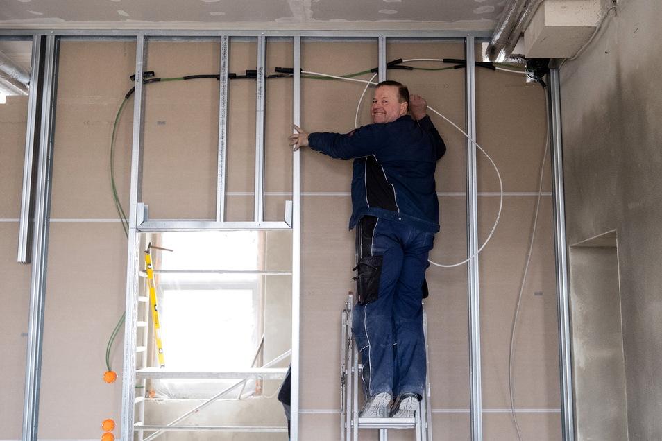 Siegmar Elsner, Geschäftsführer der Firma Haus- und Sicherheitstechnik in Olbersdorf, kümmert sich um die Elektrik in den künftigen Räumen des Elektrogroßhandels Sonepar bei Roscher in Görlitz.
