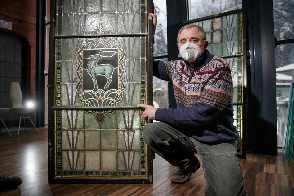 Glasermeister Thomas Körner restauriert die Bleiglasfenster, die das Motiv Weißer Hirsch ziert.