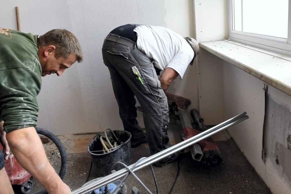 Mit moderner Bohrtechnik werden Durchbrüche für Wasser und Heizung gebohrt.