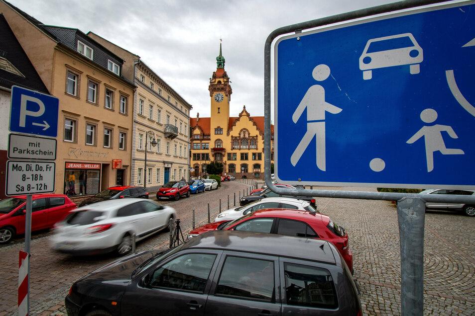 Die Waldheimer Stadträte diskutieren, ob der Obermarkt wieder eine verkehrsberuhigte Zone werden soll.