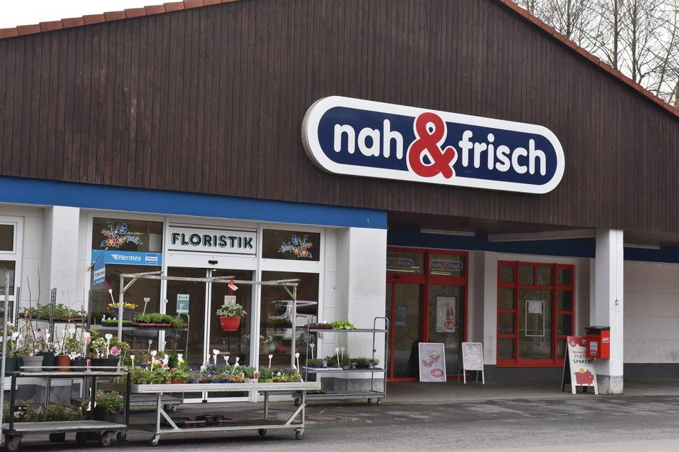 """Einmalig im Landkreis: Nachdem zwei Diskounter die Markthalle von Oelsa aufgegeben hatten, eröffnete dort im Sommer 2011 der inhabergeführte """"Nah & Frisch""""."""