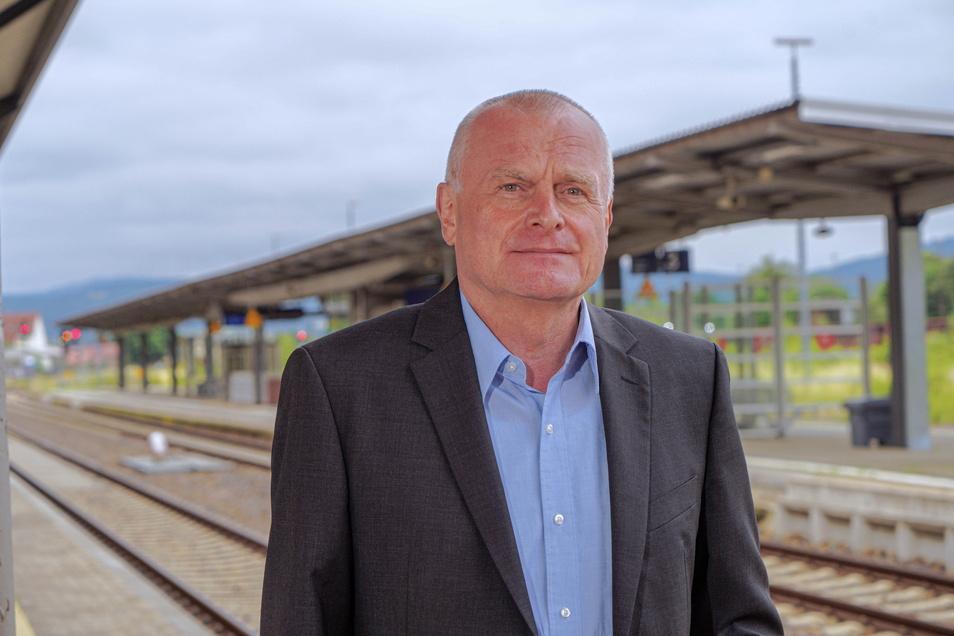 Hans-Jürgen Pfeiffer, Geschäftsführer des Verkehrsverbundes Oberlausitz-Niederschlesien, steht in Bautzen auf einem Bahnsteig, der lang genug dafür wäre, dass dort ein ICE hält. Für die Bahnzukunft in der Oberlausitz hat er klare Forderungen.