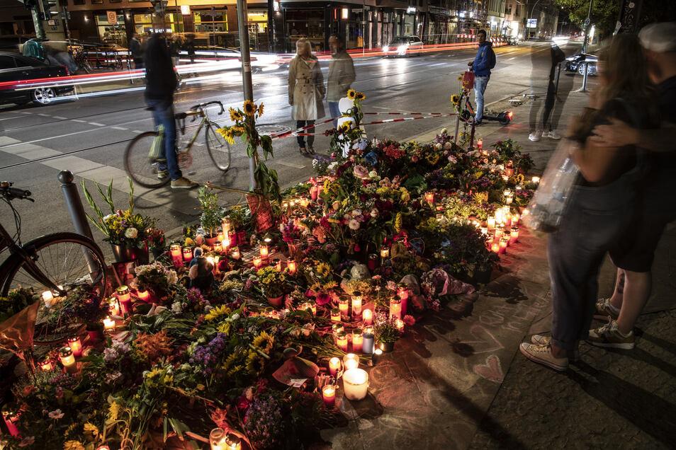 Blumen und Kerzen haben Menschen an der Stelle abgelegt, an der vier Menschen bei einem Verkehrsunfall gestorben waren.