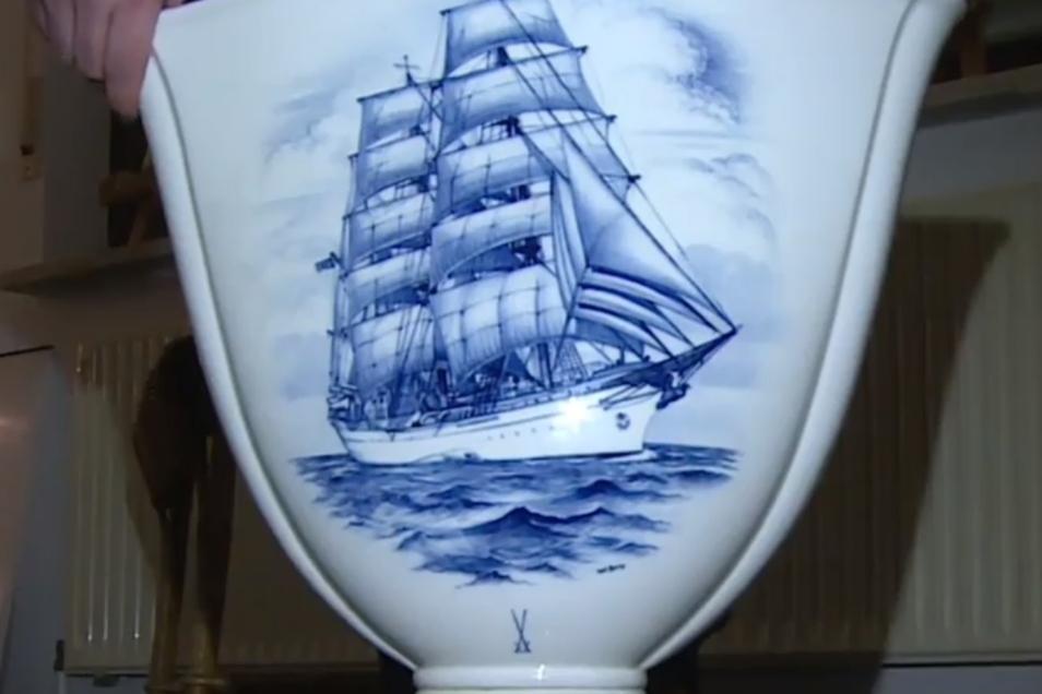 Ein großes Segelschiff, möglicherweise die Gorch Fock, zeigt eine Meissener Vase, welche aus dem Besitz Adolf Hitlers stammen soll und am 9. Februar in Nürnberg versteigert wird.