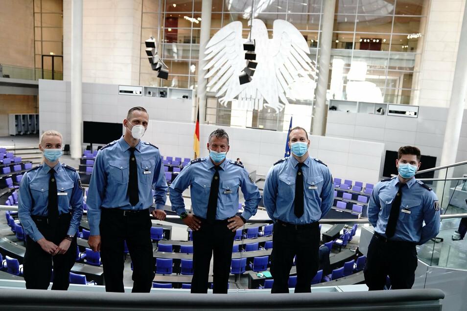 Der Bundestag hat den Polizisten gedankt, die sich dem Vordringen von Demonstranten zum Reichstagsgebäude in Berlin entgegengestellt hatten.