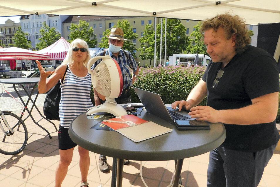 Nach einem Jahr Corona-Pause lud der Weißwasseraner Oberbürgermeister Torsten Pötzsch am Freitag erstmals wieder zur OB-Gerüchteküche auf dem Marktplatz ein. Viele Bürgerinnen und Bürger nutzten, trotz großer Hitze die Möglichkeit und teilten dem