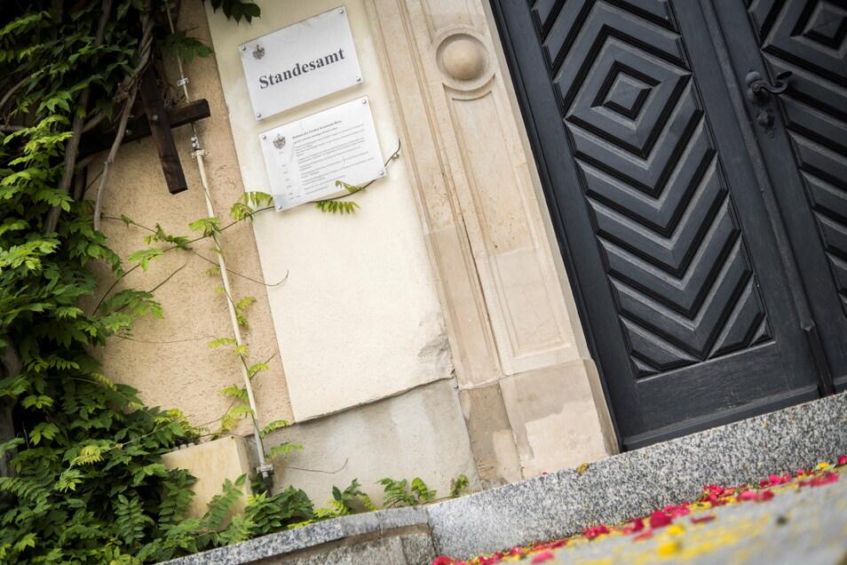 Blumenstreu vorm Standesamts-Eingang am Riesaer Rathaus im Juni 2020: Im Lauf des vorigen Jahres verzeichnete die Stadtverwaltung 194 Eheschließungen.