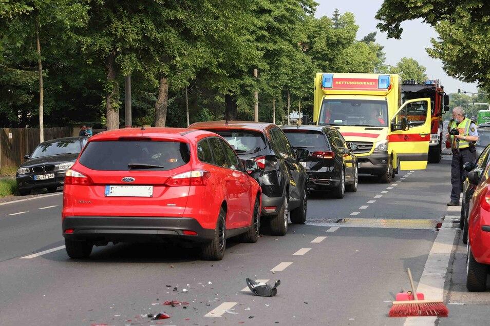 Drei Autos sind auf der Winterbergstraße zusammengestoßen, so die Polizei Dresden.
