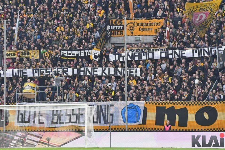 Die Botschaft im K-Block drückt die Hoffnung der Dynamo-Fans aus: Gute Besserung, Ralf Minge!
