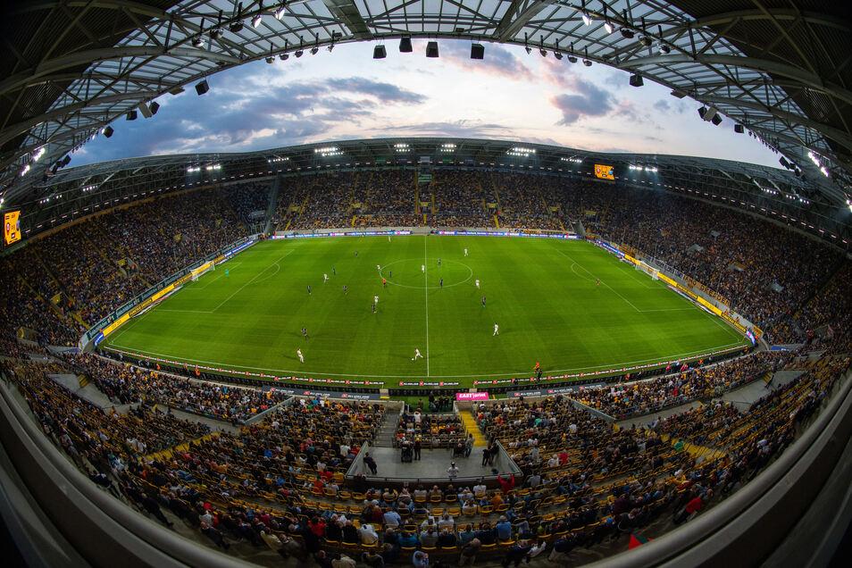 Ausverkauft war das Rudolf-Harbig-Stadion auch beim Testspiel gegen Paris.
