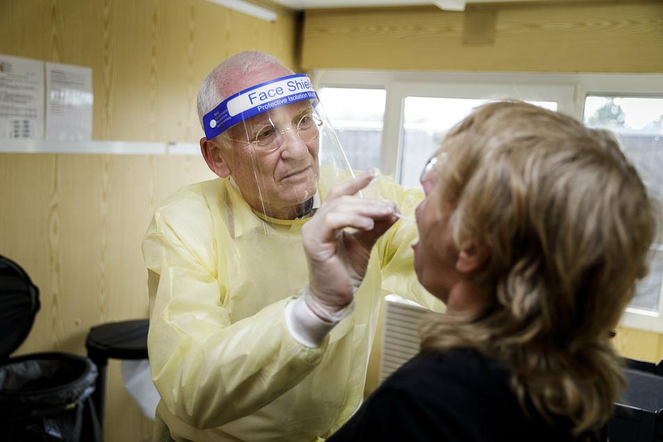 Der Dresdner Arzt Klaus Heckemann nimmt einen Abstrich in dem neuen Testcenter an der A4.
