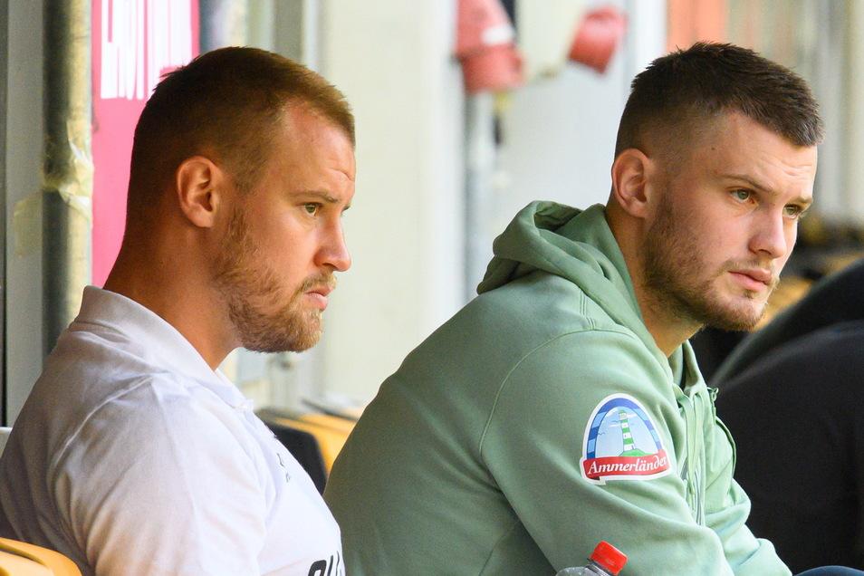 Das Bruderduell fällt erst mal aus: Dynamos Kapitän Sebastian Mai und sein Bruder, Bremens Lars Lukas Mai, sitzen vor Beginn des Spiels gemeinsam auf einer Ersatzbank