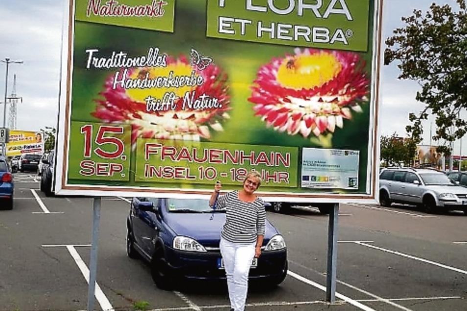 Kleine Frau ganz groß: Marktleiterin Bärbel Fischer freut sich auf viele Besucher beim 15. Jubiläum der Flora et Herba®.
