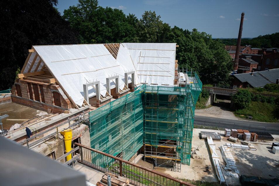 Der Anbau der Villa stammt aus DDR-Zeiten und erhält jetzt ein neues Dach. Hier sollen 13 Wohnungen entstehen. Ganz links ist die Dachterrasse des Kutscherhauses.