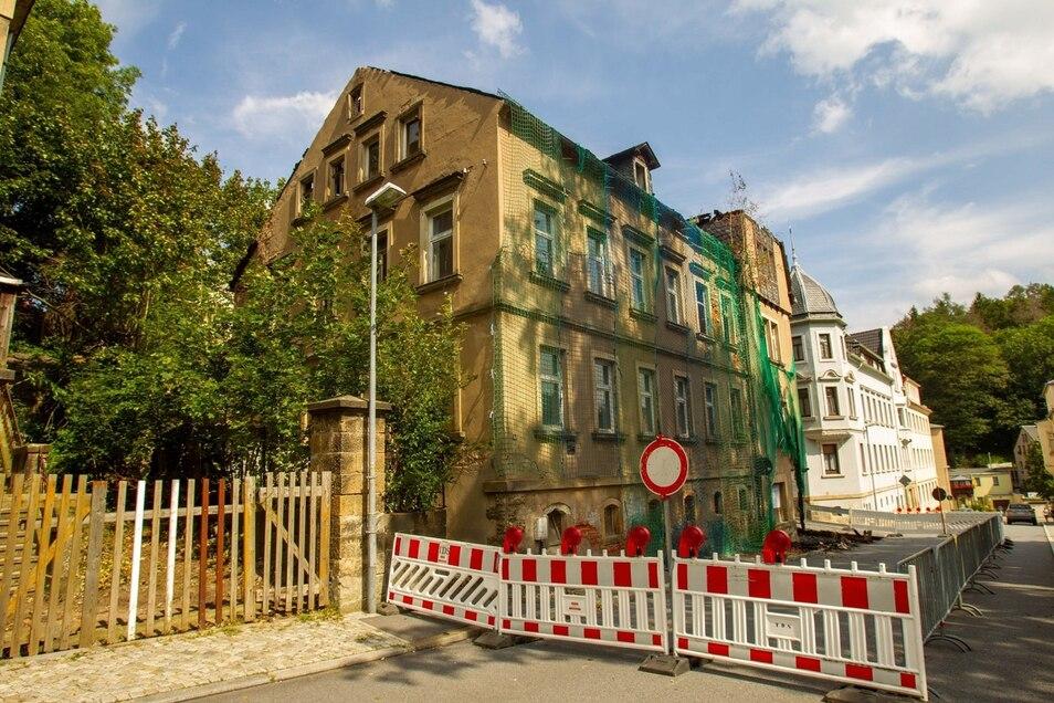 Einsturzgefährdet. Nach dem Brand im Haus Kreuzstraße 23 in Sebnitz blieb nur eine Ruine übrig.
