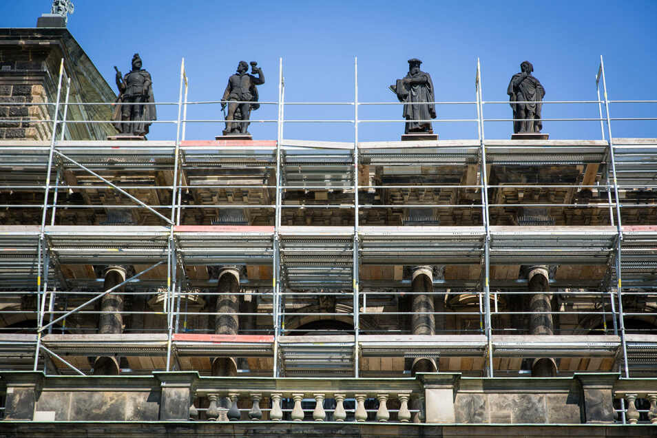 Noch eingerüstet ist die Semperoper in Richtung Zwinger. Dort wurde untersucht, ob die Skulpturen fest stehen.