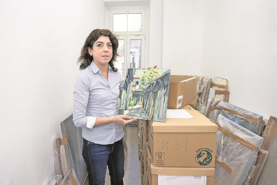 Museumsleiterin Andrea Bigge zeigt einen Teil der umfangreichen Gemäldesammlung. Auch sie finden ihren Platz im neuen Museumsdepot in der Schandauer Straße 8a.