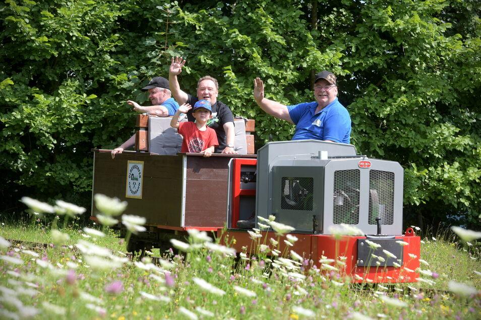 Gern nutzten die Besucher am Sonntag am Olbersdorfer See die Gelegenheit, mit einer Grubenbahn fahren zu können.