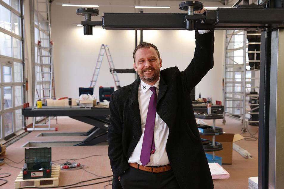 Autohaus-Dresden-Chef Christian Schleicher ist stolz auf seinen neuen Werkstatt-Anbau.