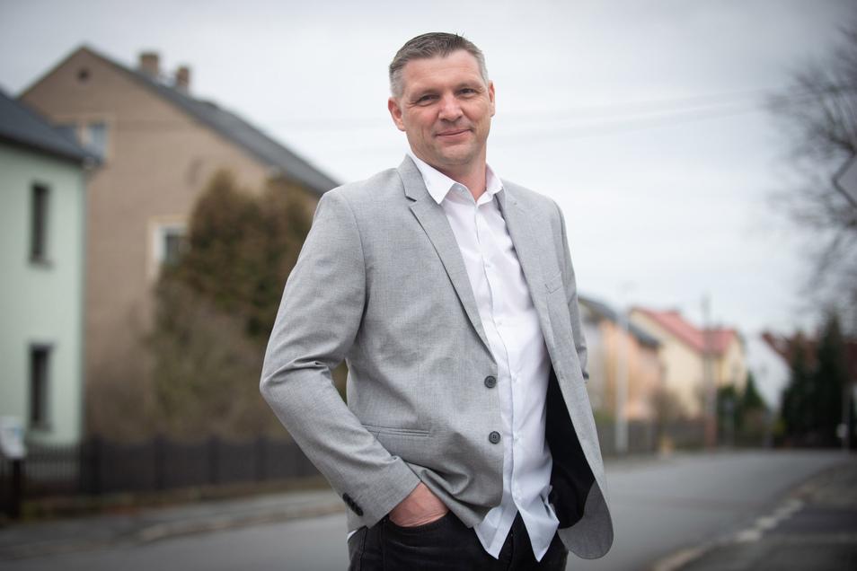 Rico Pfeiffer (parteilos) kandidiert erneut für das Amt des Bürgermeisters in Ottendorf-Okrilla. Bei der Wahl am 8. März holte er die meisten Stimmen. Da der notwendige zweite Wahlgang wegen der Corona-Pandemie nicht stattfinden konnte, wurde die kompl