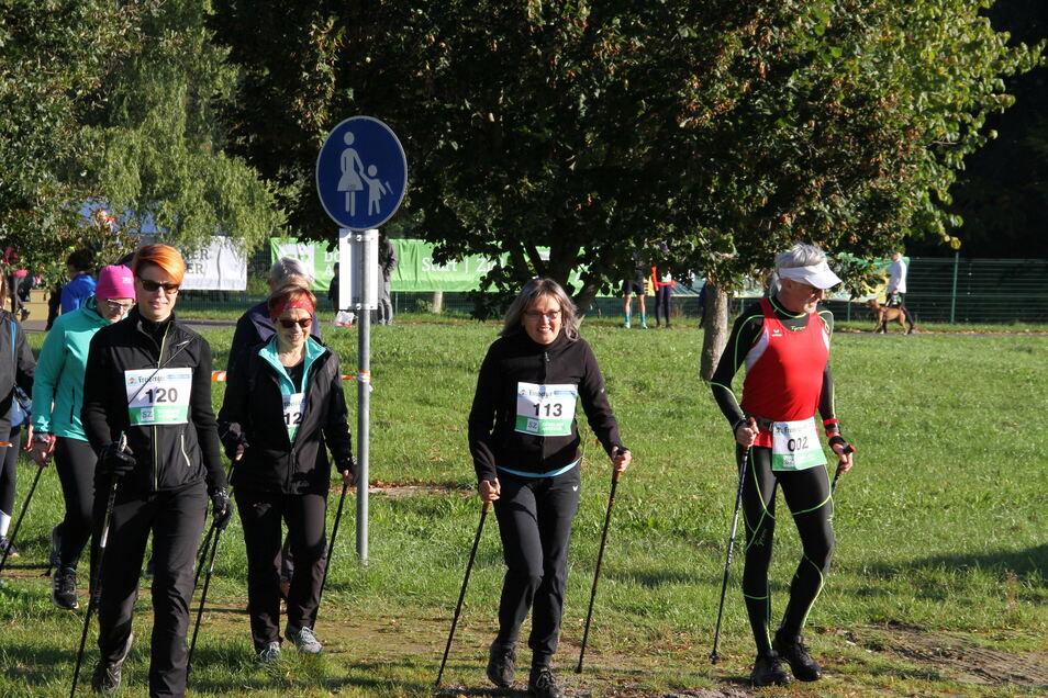 Beim 25. Leisniger Burglauf gingen 16 Walkingsportler auf die Strecken über 8 und 12 Kilometer.