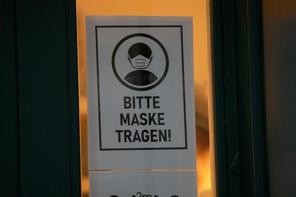 Bis zu ihrem Sitzplatz müssen Gemeinderäte und Besucher zur Ratssitzung in Nieschütz einen Mund-Nasen-Schutz tragen, während der Sitzung aber nicht.