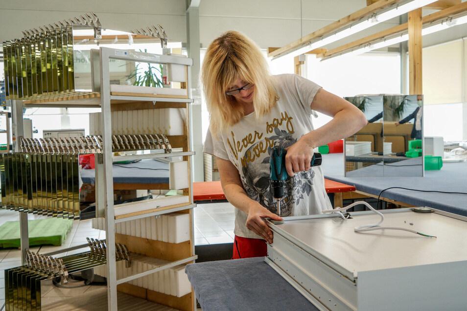 In der Werkstatt der Lebenshilfe in Bischofswerda wird wieder gearbeitet. Hier montiert Susi Breitmeier einen Spiegelschrank.