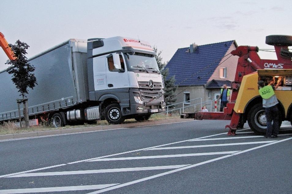 Über die Böschung wird der Lkw, der sich auf der Gallbergstraße festgefahren hat, auf die B 175 gezogen.