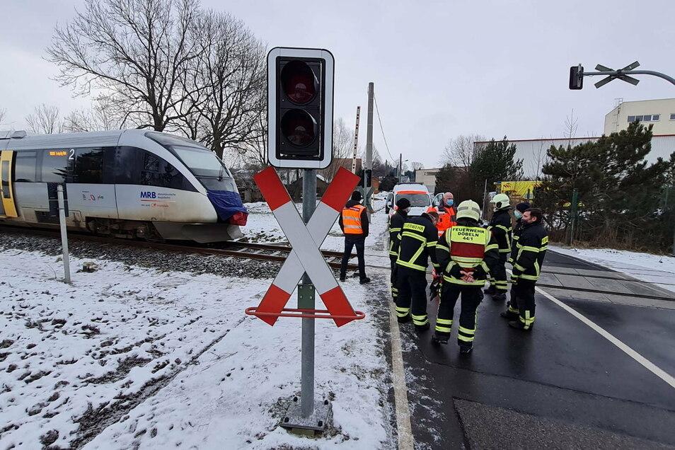 Gegen 6 Uhr ereignete sich der Unfall am Bahnübergang an der Siedlerstraße. Der Zug kam jedoch erst mehrere hundert Meter nach dem Unfall am Bahnübergang an der Technitzer Straße (im Bild) zum Stehen.