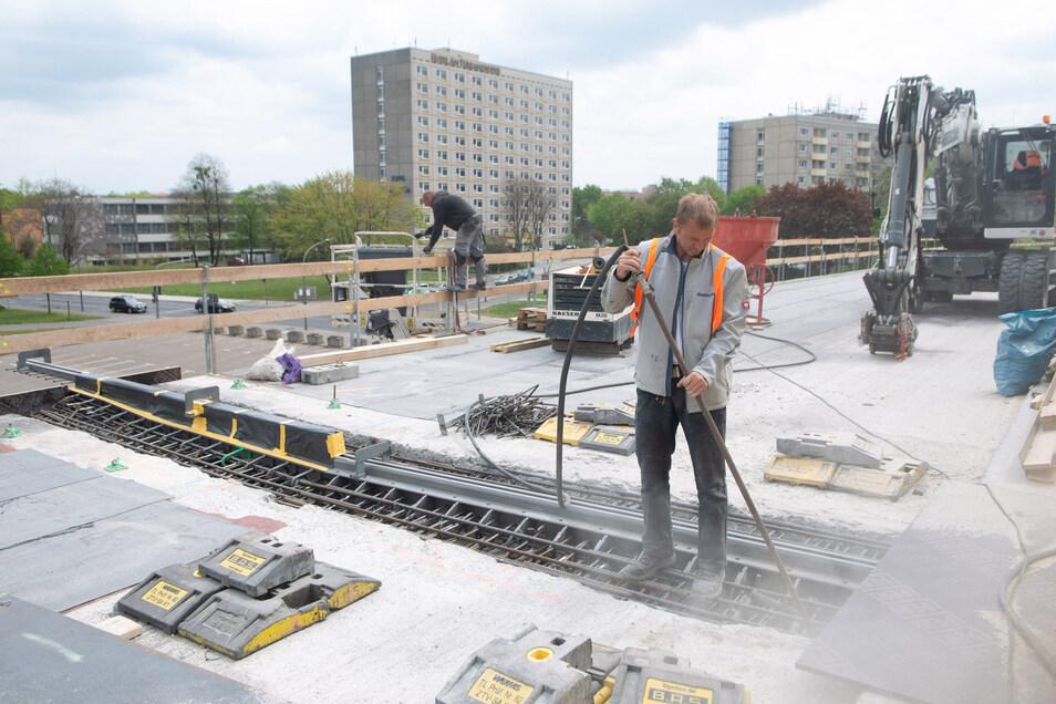Hier werden auf der Carolabrücke die neu eingebauten Fahrbahnübergänge gereinigt, bevor sie betoniert werden.