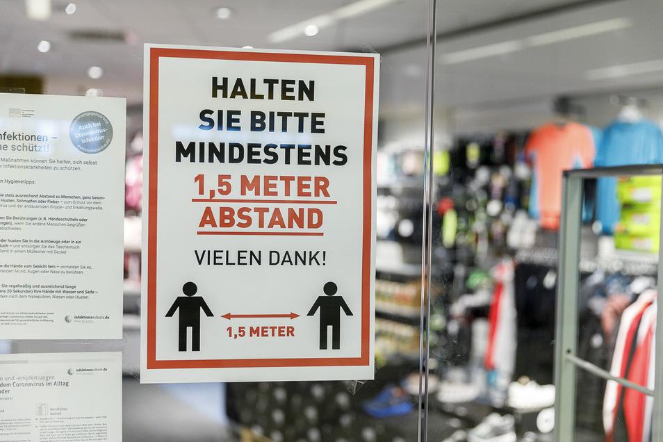 Viele Geschäfte wie hier in Görlitz bitten weiter um die Einhaltung der Abstandsregeln.