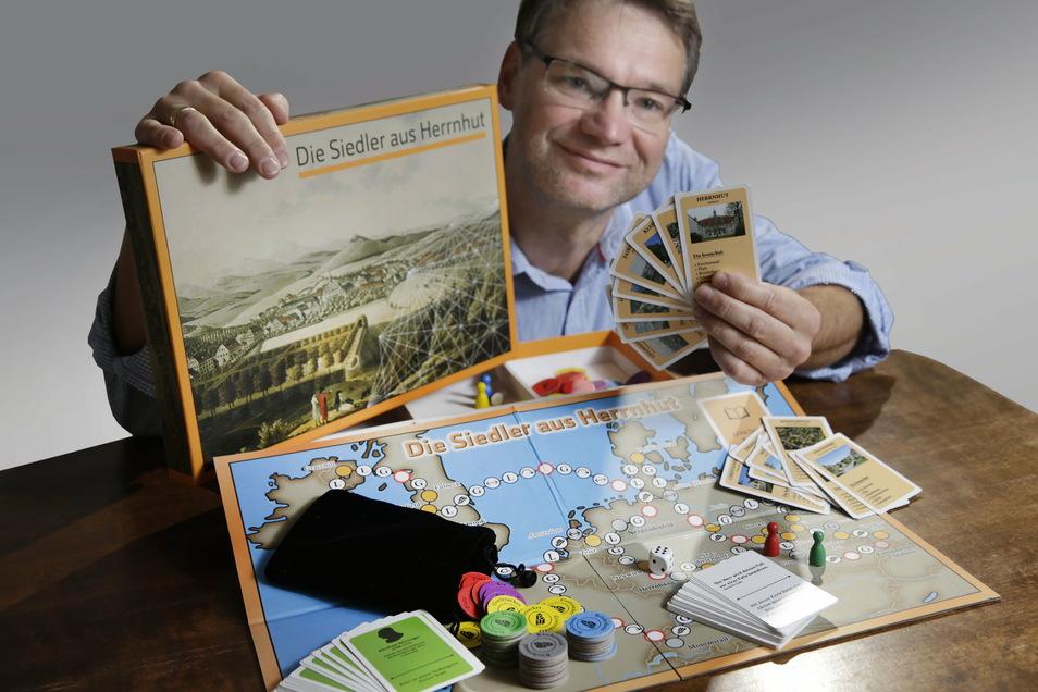 Als Brettspiele gibts sogar welche mit lokalem Bezug: Hier Lars-Arne Dannenberg mit einem Herrnhuter Brettspiel.