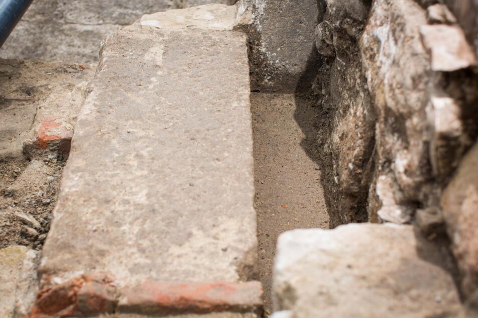 Diese großen Stufen haben in den Keller hinab geführt.