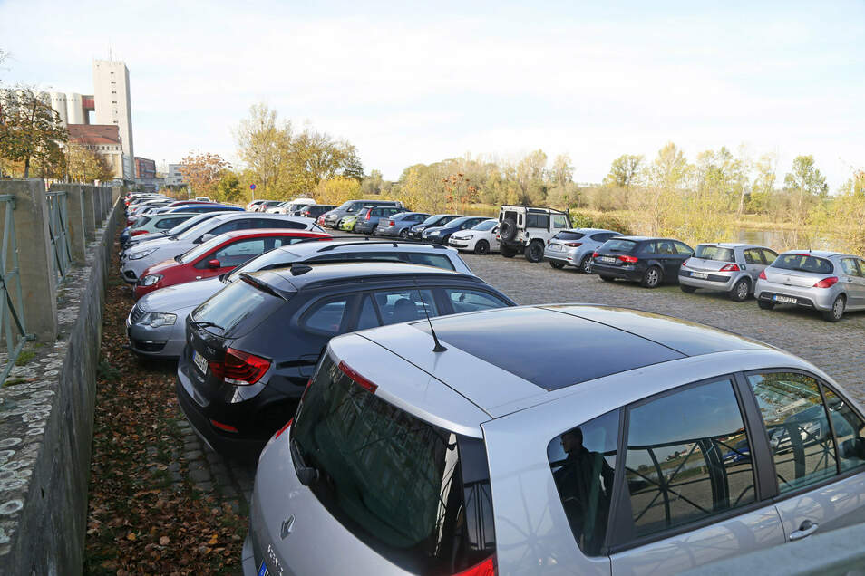 Voller Autos: Auf dem Elbeparkplatz in Riesa ist fast immer etwas los. Kreisweit ist in den vergangenen Jahren die Zahl der zugelassenen Pkw stetig angestiegen, zeigen Daten des Statistischen Landesamts.