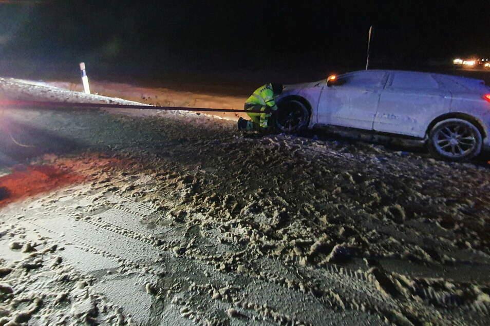 Das von der Straße gerutschte Auto von Tom L. wurde bei der Bergung schwer beschädigt.