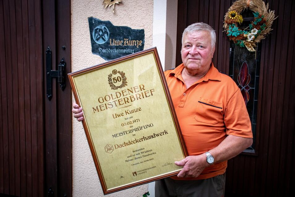 """Der Dachdeckermeister Uwe Kunze aus Leisnig hat kürzlich den """"Goldenen Meisterbrief"""" bekommen. Er hat vor 50 Jahren seine Prüfung abgelegt."""