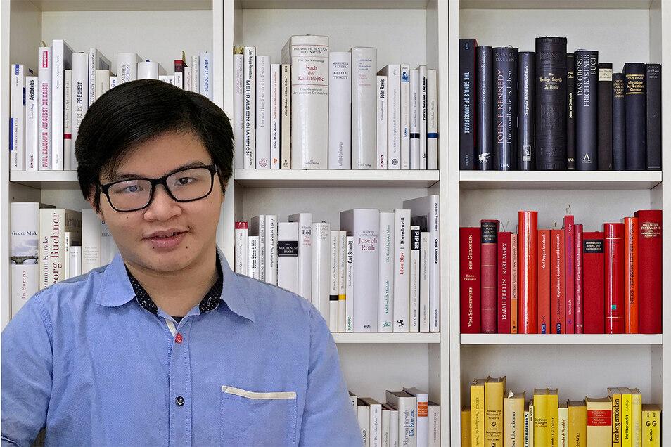 Khang Hoang Hy lernt neben der deutschen Sprache Englisch und Japanisch. Das Bücherregal in den Deutschland-Farben gibt es in Wirklichkeit nicht.