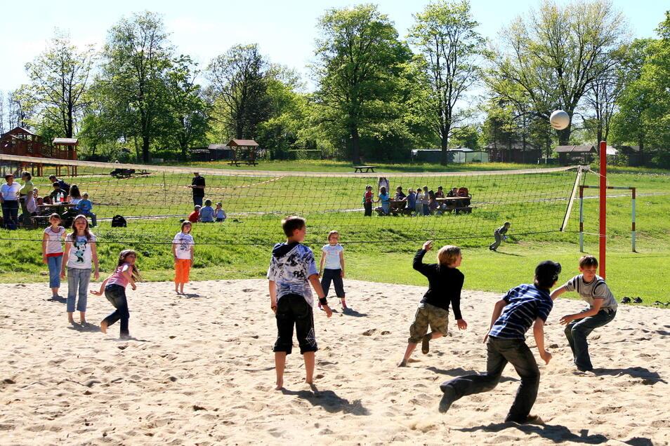 Ein Volleyballfeld wartet auf die Spieler - vorausgesetzt, Corona-Bestimmungen machen den Sport im Freien wieder im Team möglich.