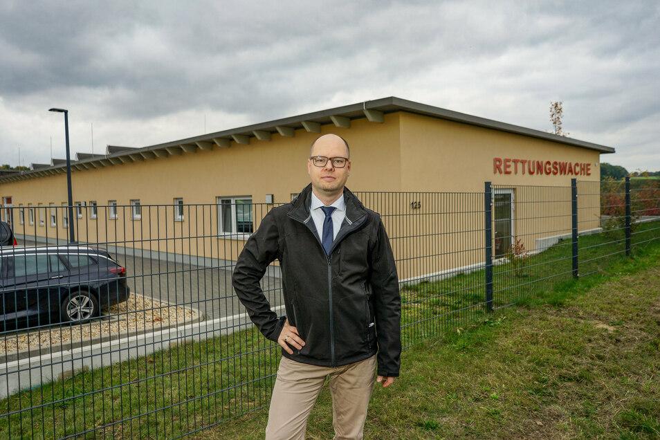 Schon beim Bau der Rettungswache in Stiebitz setzte sich Dawid Statnik für die zweisprachige Beschriftung der Fassade ein. Inzwischen ist sie bestellt.