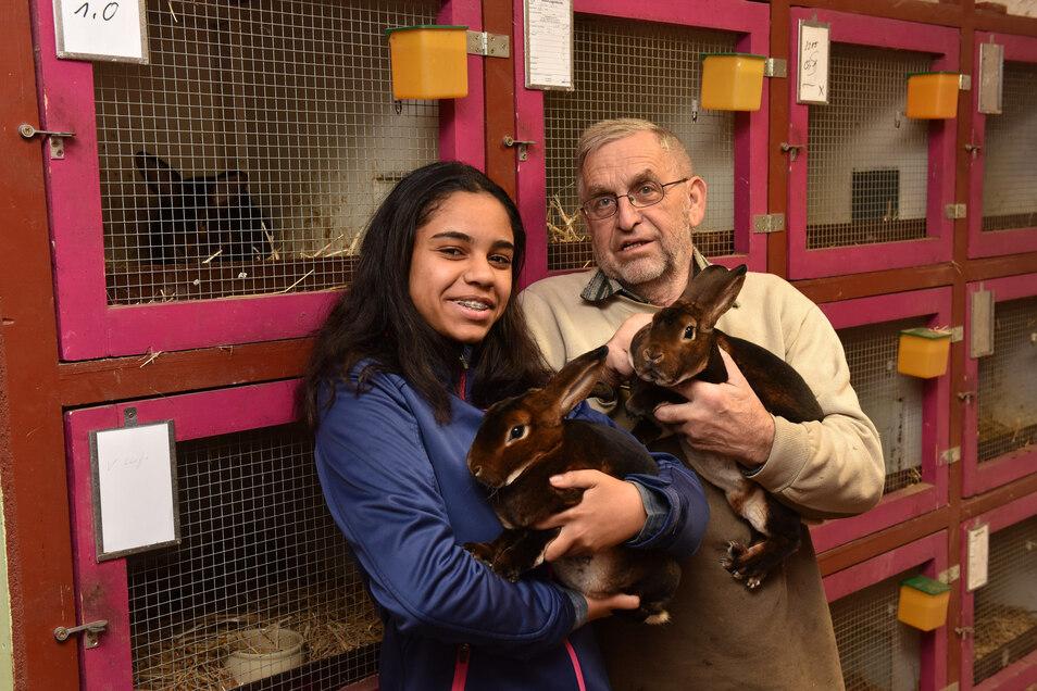 Janina Musembi aus Freital züchtet im Osterzgebirge Kaninchen. Auf dem Hof ihres Opas Jürgen Rausch in Klingenberg hält sie 75 Tiere der Rasse Castor Rex.
