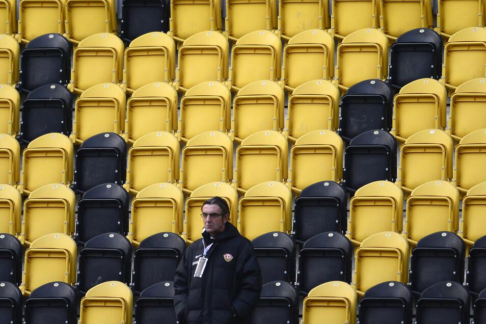 Steht Dynamos Sportgeschäftsführer Ralf Minge bald vor leeren Rängen beim Spiel im Rudolf-Harbig-Stadion? An Geisterspielen scheiden sich die Geister.