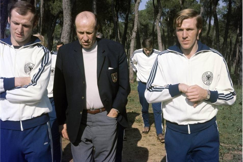 Die Deutsche Fußball Nationalmannschaft bei einem Spaziergang am 10. Gebruar 1970 in Sevilla, einen Tag später stand das Spiel gegen Spanien an. Die deutschen Nationalspieler Manfred Manglitz (l) und Günther Netzer (r) im Gespräch mit Nationaltrainer Helmut Schön.